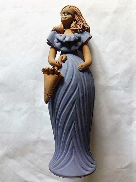 Lány esernyővel kék ruhában kerámia szobor