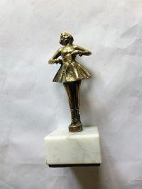 Táncoló lány szobor